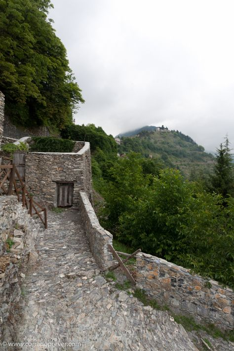 Triora is really in the middle of nowhere in the middle of the Ligurian hinterland separated from the sea and from the Piedmont by high hills and mountains covered by dense forests.