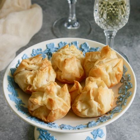 Perfect for brunch or your next party: These crispy filo parcels filled with goat cheese and cherry jam, will be the most popular appetizer!