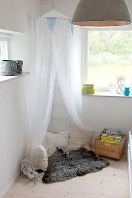 reading nook for little girl's bedroom.. Love this idea..!! x www.creations-savoir-faire.com #SalonCSF
