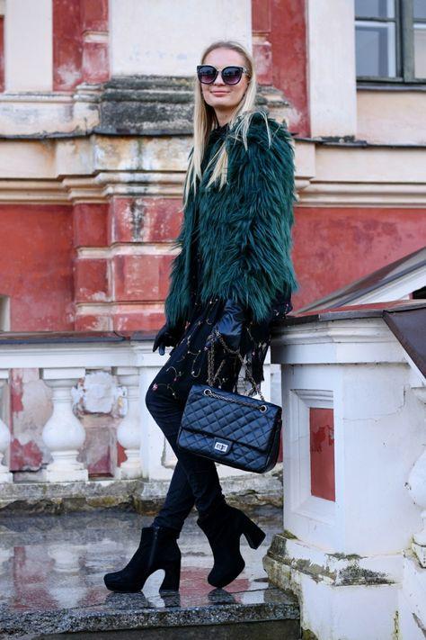a4f8fcd1a0 sac noir matelassé, manteau fourrure, femme blonde, lunettes de soleil,  tunique avec broderies
