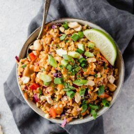 Delicious vegan and easily gluten free Thai quinoa salad with a perfect crunch. Perfect for meal prep lunches, picnics or parties. #quinoarecipe #quinoasalad #saladrecipe #mealprepping #healthylunch #lunchideas #mealprepideas #veganrecipe #glutenfreerecipe