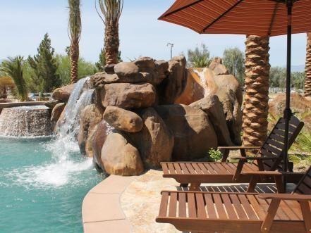 Eine Feuerstelle Am Pool. Pool Und Whirlpool - Heizung Mit