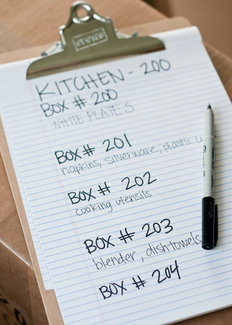 Moving tips: Labeling boxes when packing to move house Moving Home, Moving Day, Moving Tips, Moving Hacks, Tips For Moving House, Moving Out List, Moving Organisation, Organization Hacks, Organization Ideas