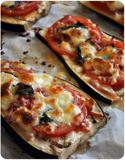 Aubergines-facon-pizza   aubergines  tomates fraîches  coulis de tomate  lanières de jambon  basilic frais, origan séché  mozzarella      four à 200°C.  Découpez des tranches d'aubergine  pas trop fines.précuire avec un trait d'huile  et un peu de fleur de sel 5 minutes.  Déposez sur chaque tranche une cuil de coulis de tomate, de fines tranches de tomate, des lanières de jambon, de l'origan et de la mozza mixée   Enfournez à nouveau pour 10 minutes et servez avec le basilic ciselé.