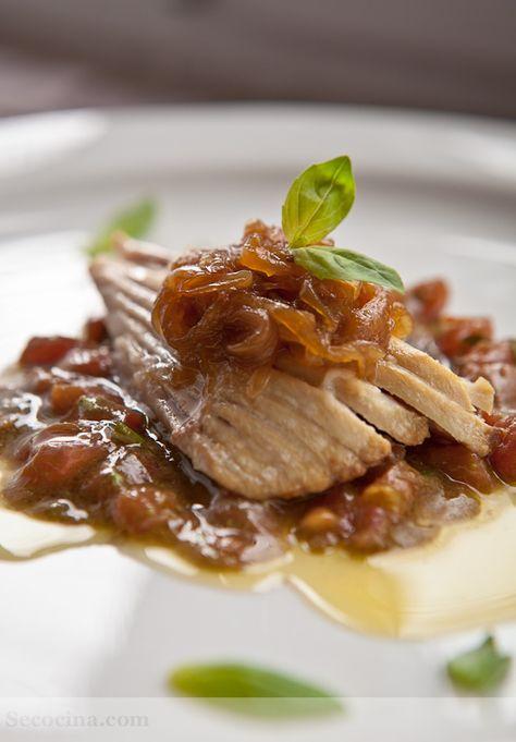 Ventresca de bonito con cebolla caramelizada y vinagreta de albahaca