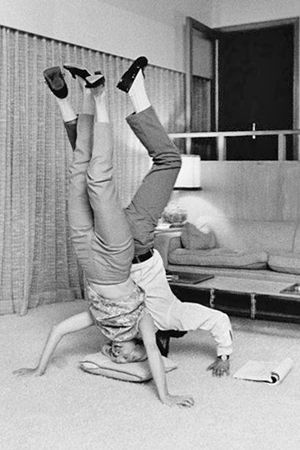 1958 Joanne Woodward & Paul Newman practicing yoga | Yoga photos, Yoga  pictures, Yoga inspiration