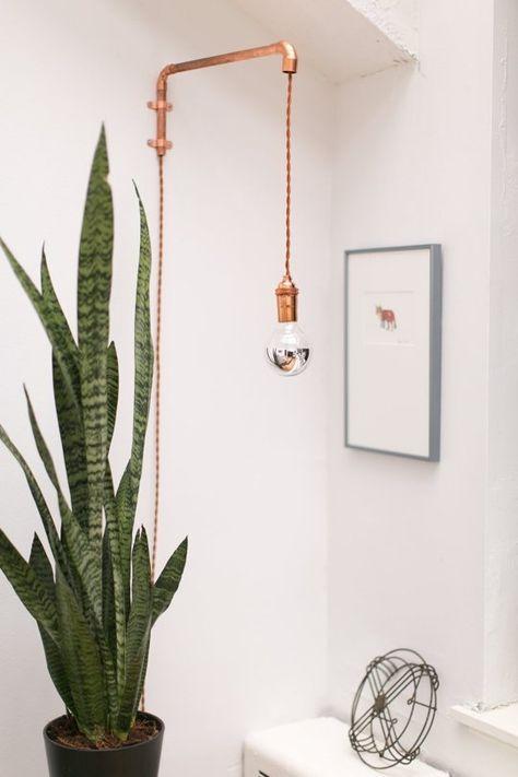 Crédit photo: Apartment Therapy - Idée lampe réglable en hauteur: plafonnier jour, lecture nuit.