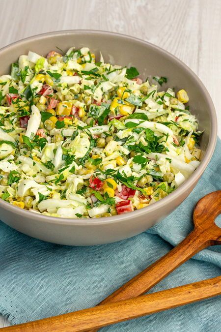 Zum Grillen sind Salate klar im Vorteil, die du schon am Vortag zubereiten kannst! Unser Highlight ist dieser Über-Nacht-Salat. #rezept #idee #grillen #salat #grillsalat #salatzumgrillen #kochen #salatrezept #zumvorbereiten