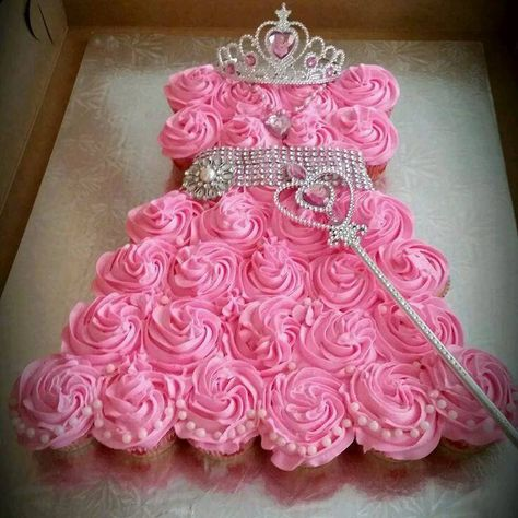 Such a great idea for a DIY princess birthday cake and it's so easy! Cute way to make the princess dress shape out of cupcakes and easy to decorate. Princess Cupcake Dress, Princess Tea Party, Princess Cupcakes, Baby Shower Princess, Princess Themed Birthday Party, Princess Sofia, Princess Style, Princess Hat, Easy Princess Cake