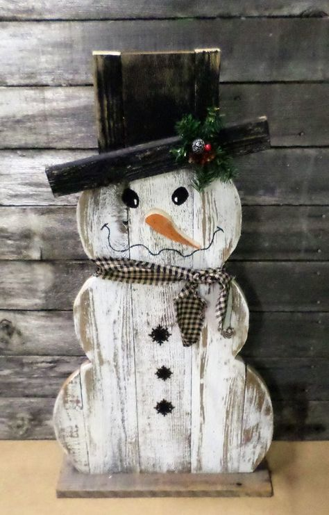 Rustic Farmhouse Distressed Wood Snowman Decor, Front Porch Decor, Rustic Holiday Decor, Christmas Decor, Winter Decor - How To Make Things Wooden Snowman Crafts, Wooden Christmas Crafts, Wood Snowman, Primitive Wood Crafts, Primitive Christmas, Xmas Crafts, Rustic Christmas, Christmas Projects, Decor Crafts