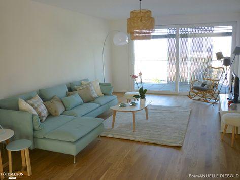 Salon avec un grand canapé bleu pastel. | Déco maison, Déco ...