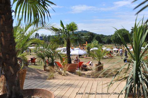 Metz Plage (6) | Une véritable plage de sable fin s'installe au Plan d'Eau pour célébrer l'été. Un air de vacances avec parasols, transats, bassins, animations sportives… Fin juillet-fin août, au plan d'eau  Découvrez la en venant nous rendre visite :-) !