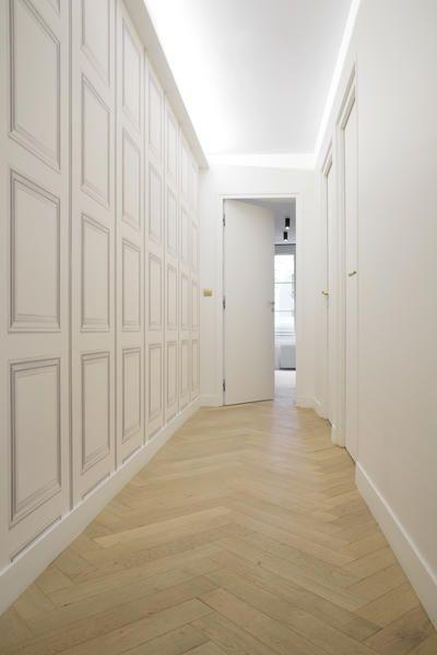 Parquet Baton Rompu Dans Le Couloir D Un Appartement Haussmannien Parquet Clair Parquet Chene Clair Baton Rompu