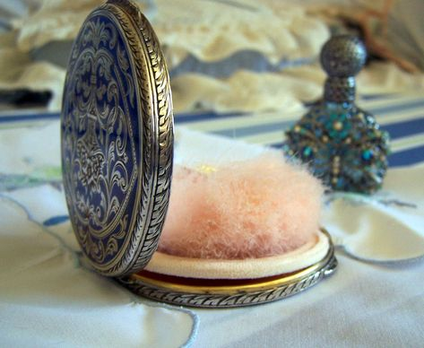 Vintage to Compact 800 Silver & Enamel Compact with Screen plus Houpalix Powder Puff So Rare - So GORGEOUS. This stunning compact is in Vintage Makeup, Vintage Vanity, Shabby Vintage, Vintage Beauty, Vintage Antiques, Vintage Shelf, Shabby Chic, Looks Vintage, Vintage Love
