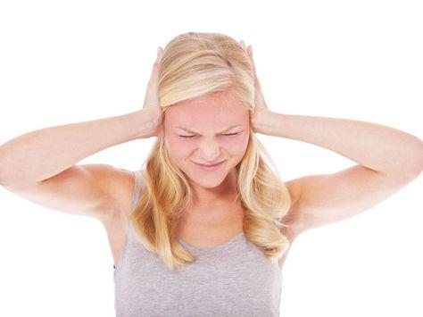 Tinnitus – Leben mit dem Piepen im Ohr. Fast jeder kennt es: Das Piepen im Ohr nach einem lauten Konzert oder einem plötzlichen lauten Geräusch. Meist ist der Tinnitus so schnell wieder verschwunden, wie er aufgetreten ist. Doch was, wenn das Geräusch im Ohr nicht mehr weggeht?