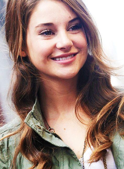 Shailene Woodley, natural make-up, green jacket