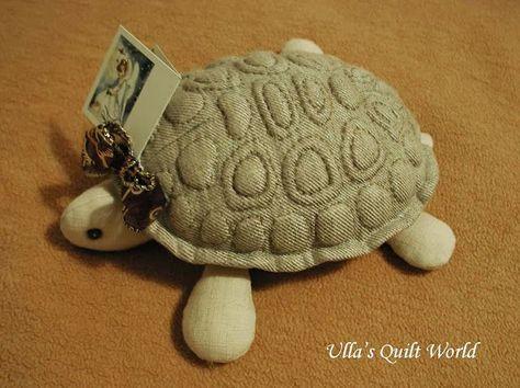 My daughter has made this Trapunto turtle. The diameter of the shell is 19 cm x 17 cm. Sorry the greeting card. Tyttäreni on tehnyt tämän Trapunto kilpikonnan. Kilven halkaisija on 19 cm x 17 cm. An