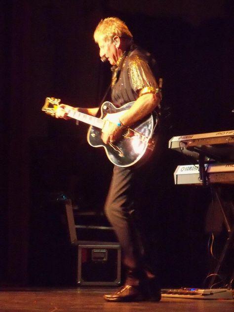 Graham Singing Left Handed Guitar Player Awesome
