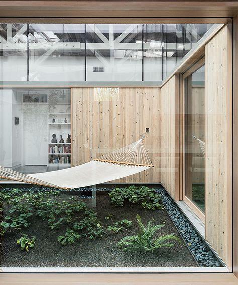 Portland renovated warehouse central atrium hammock.  Plus de découvertes sur Déco Tendency.com #deco #design #blogdeco #blogueur