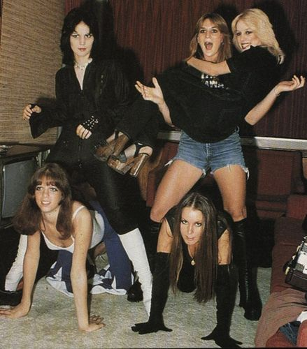 The Runaways - one of the first successful all-girl bands - featuring Joan Jett. Joan Jett, Girl Bands, Pop Punk, World Music, Music Is Life, Heavy Metal, Musica Metal, Sandy West, Cherie Currie