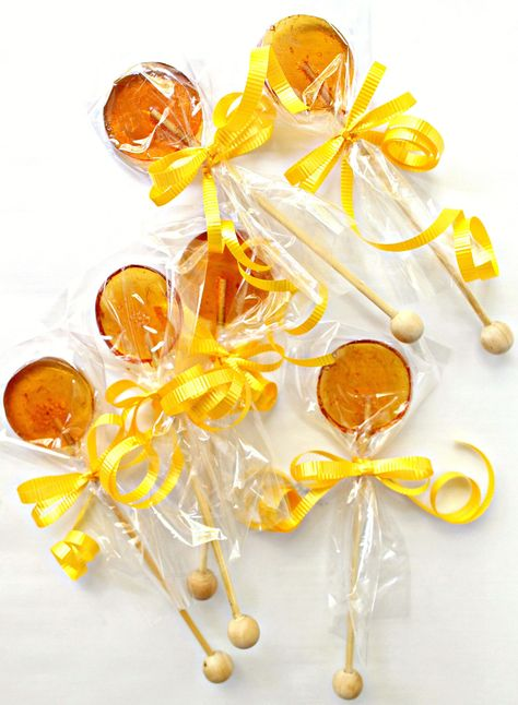 Honey Lollipops for Licking, Stirring, and Gifting. One easy recipe makes soothing honey lollipops or honey stirrers to mix into a cup of tea! Buffet Dessert, Dessert Bread, Fruit Dessert, Honey Candy, Hard Candy Recipes, Honey Spoons, Lollipop Recipe, Honey Syrup, Recipes