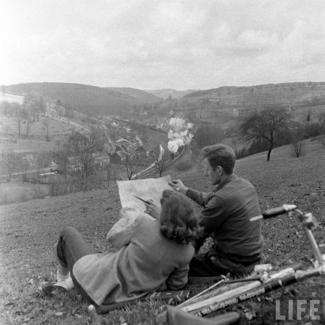Former GI Ernest Kreiling and his bride overlooking valley where he fought during WWII. April 1947 (Tony Linck) Former GI Ernest Kreiling and his bride overlooking valley where he fought during WWII. Photo Vintage, Vintage Love, Vintage Kiss, Retro Vintage, Life Magazine, Old Pictures, Old Photos, Vintage Couple Pictures, Friend Pictures