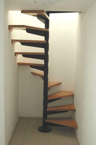 Escalera De Caracol Metálica Con Huellas En Madera De Haya