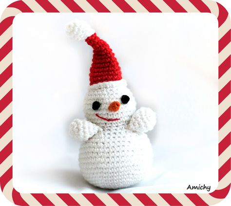 FREE Snowman Crochet Amigurumi pattern - Nov 1 is here and the Holiday season has officially started!! Get a gift pattern and get ahead on your DIY for the winte