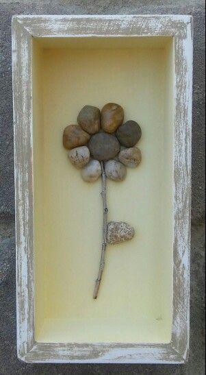 Pebble Art Flower In Einer Wiederaufbereiteten Bemalten Distressed Holzschatulle Al Diy Shadow Box Pebble Art Shadow Box Art