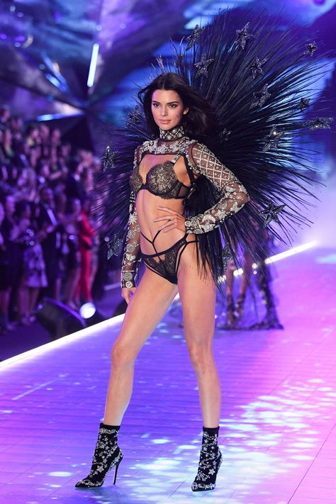 Victoria's Secret Fashion Show 2018 — Pics Kendall Jenner on the catwalkVictoria's Secret Fashion Show, Runway, New York, USA – 08 Nov 2018 -- HollywoodLife<br> Visit the post for more. Victoria Secret Outfits, Victoria Secrets, Victoria Secret Bikini, Victorias Secret Models, Victoria Secret Fashion Show, Victoria Secret Wings, Victoria Models, Kendall Jenner Outfits, Kendall Jenner Modeling