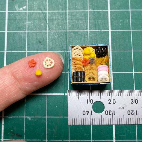 【1/12 scale miniature】 昨日アップした #ドラクエウォーク の #伝説のおせち 、Twitterで2000近くのリツイートいただきました🙌🏻 ありがとうございます😊 おせちのサイズ感はこんな感じです。 . pic2をご覧いただくとわかるかと思いますが、ゲーム内ではまだ伝説のおせちを1つも手に入れてません…! . #ミニチュア #miniature #ドールハウス #dollhouse #ミニ #mini #ハンドメイド #handmade #ハンドメイド作品 #craft #ミニチュアフード #miniaturefood #樹脂粘土 #cray #chocochocoミニチュア #岐阜 #岐阜市 #ハンドメイド岐阜 #DQウォーク #ドラゴンクエストウォーク #おせち
