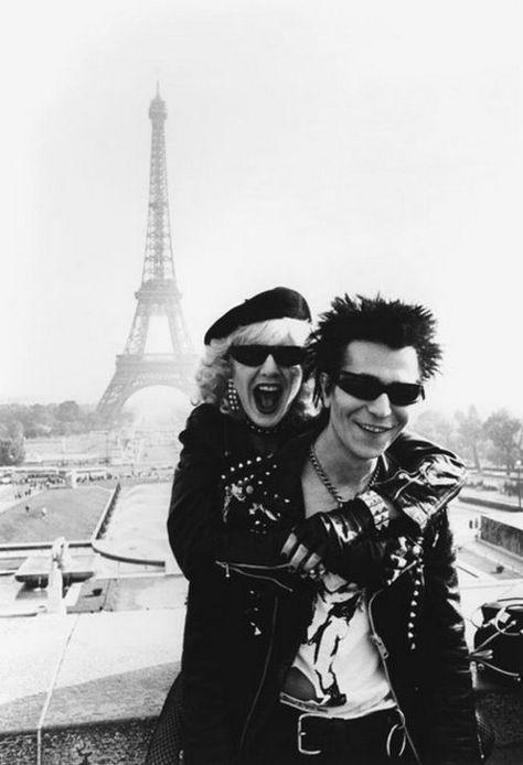 Sid (Gary Oldman) and Nancy (Chloe Webb) in Paris