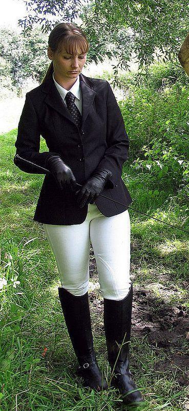 amazone noire en bottes et cravache
