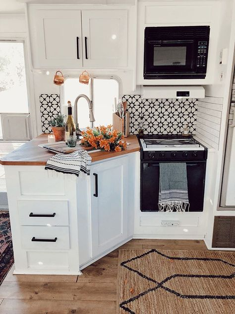 You may take an amazing idea from this article to remodel your RV Interior for Cozy Holiday 2019 Rv Living, Tiny Living, Living Room, Casa Magnolia, Kitchen Design, Kitchen Decor, Kitchen Ideas, Rustic Kitchen, 10x10 Kitchen