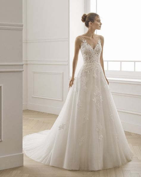 Wedding Dress ERIN by Aire Barcelona - Search our photo gallery for pictures of wedding dresses by Aire Barcelona. Find the perfect dress with recent Aire Barcelona photos. V Neck Wedding Dress, Long Sleeve Wedding, Boho Wedding Dress, Dream Wedding Dresses, Bridal Dresses, Wedding Gowns, Mermaid Wedding, Wedding Dress Necklines, Wedding Lace
