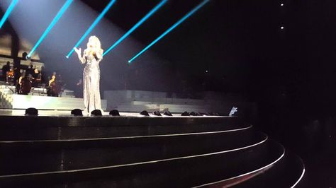 """Pin for Later: Die 12 besten Adele Cover-Songs – gesungen von anderen Künstlern """"Hello"""" von Celine Dion"""