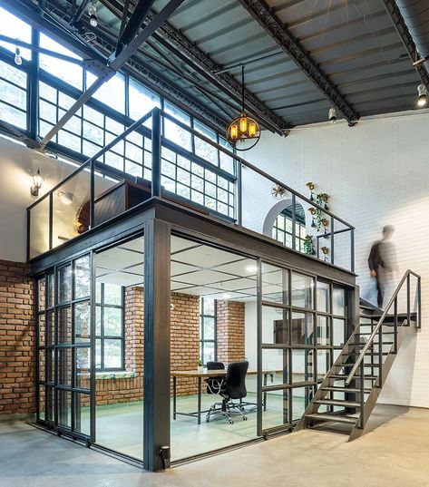 studio bipolar converts a era warehouse in new dehli into an industrial dream office – Best Office Architecture Office Space Design, Modern Office Design, Office Interior Design, Design Offices, Garage Office, Loft Office, Warehouse Office Space, Warehouse Loft, Office Plan