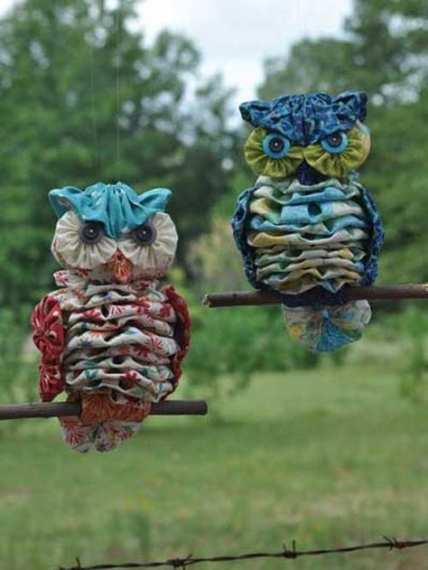 The easiest and cutest owl pattern out there! These completely hand-sewn owls are made from a total of 26 yo-yos, 4 buttons and 1 stick -- that's it! Use y
