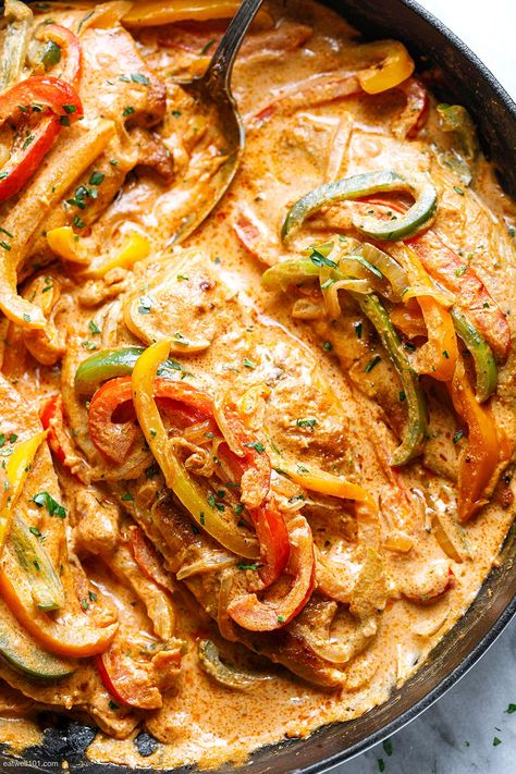 Creamy Chicken Fajita Skillet Recipe - #chicken #fajita #eatwell101 - This creamy fajita chicken skillet is the perfect quick weeknight dinner. - #recipe by #eatwell101