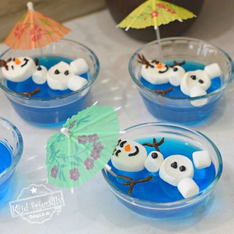 Olaf Floating in a Pool of Jello {A Frozen Themed Food Idea} Make this Olaf floating in a pool of blue jello for your next Frozen Themed Birthday Party. It's so easy to make and adorable. Kids will love it. Elsa Birthday Party, Frozen Themed Birthday Party, Disney Frozen Birthday, 4th Birthday, Disney Frozen Treats, Birthday Party Food For Kids, Girl Birthday Party Themes, School Birthday Treats, Olaf Party