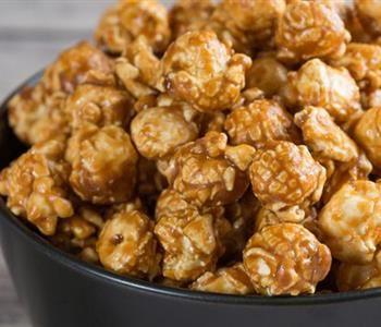 طريقة عمل الفشار بالكراميل لتسلية لذيذة للأطفال Caramel Popcorn Popcorn Recipes Caramel Popcorn Recipes