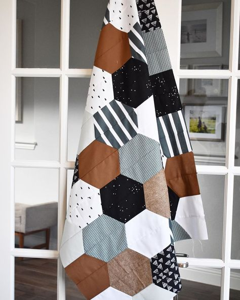 This excellent Quilt Block Ideas most certainly is an inspirational and magnificent idea Quilting Projects, Sewing Projects, Handmade Baby Quilts, Idee Diy, Crafty Craft, Crafting, English Paper Piecing, Textiles, Quilt Blocks