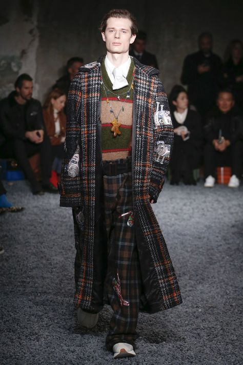 Marni Fall 2018 Menswear collection, runway looks, beauty, models, and reviews.