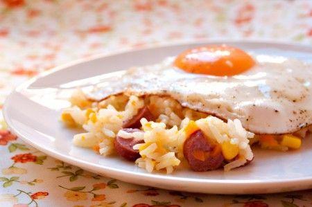 Oggi vi presentiamo la ricetta per fare il Riso basmati con wurstel e mais, un primo piatto buonissimo e goloso perfetto per i bambini ed anche per chi soffre di celiachia.