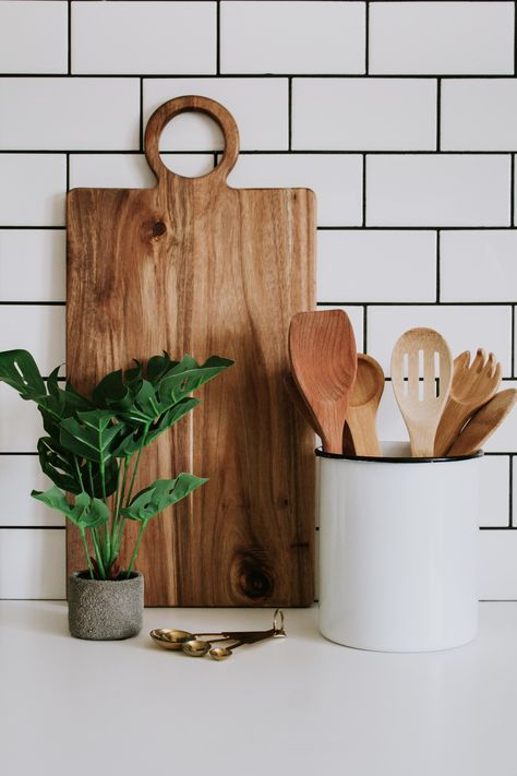 Modern kitchen decor - acacia wood cutting board, faux potted plant, gold measuring spoons, and wood spoons from Nadine Stay. Modern decor and kitchen cooking utensils for the modern home. Boho Kitchen, Wooden Kitchen, Diy Kitchen, Cuisines Diy, Wood Spoon, Aesthetic Room Decor, Wood Cutting Boards, Wood Boards, Diy Décoration