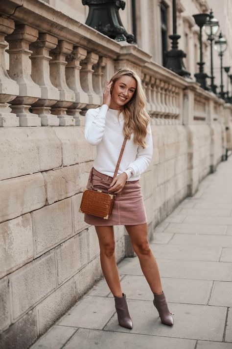HOW TO WEAR THE THROWBACK TREND CORDUROY FOR AUTUMN My Autumn wardrobe is in full swing and if there was one throwback trend I didn't see coming back around, it was corduroy! Marc Jacobs, Mulberry,…