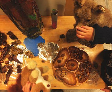 Thematafel Herfst met opgezette dieren, knuffels en levensechte materialen.