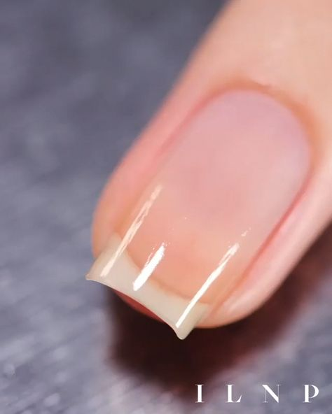 The advantage of the gel is that it allows you to enjoy your French manicure for a long time. There are four different ways to make a French manicure on gel nails.