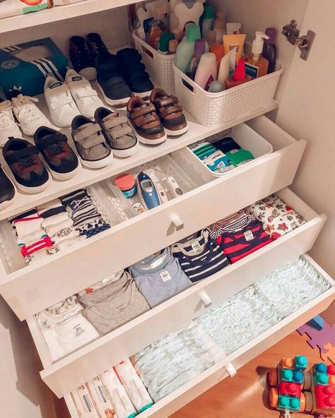 Baby Drawer Organization, Baby Nursery Organization, Organization Ideas, Organizing Baby Clothes, Diy Clothes, Clothing Organization, Baby Clothes Storage, Storage Ideas, Baby Bedroom