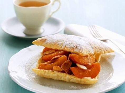 Blätterteig-Aprikosengebäck mit Mandeln ist ein Rezept mit frischen Zutaten aus der Kategorie Steinobst. Probieren Sie dieses und weitere Rezepte von EAT SMARTER!